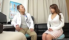 Brunette got pussy inspected by her doctor